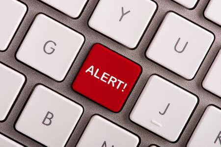 Botón de alerta en el teclado de la computadora blanca