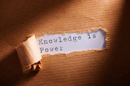 rozdarty papier ze słowem Wiedza to potęga Zdjęcie Seryjne