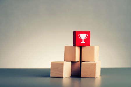 liderazgo: concepto de la dirección pila de bloques de madera sobre fondo gris