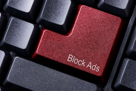 Advertenties blokkeren geschreven op het toetsenbord knop
