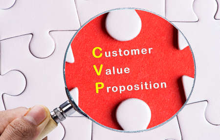 resonating: Magnifying glass searching missing puzzle peace Customer Value Proposition concept Stock Photo