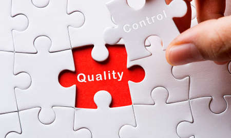 control de calidad: Rompecabezas con el control de calidad Foto de archivo