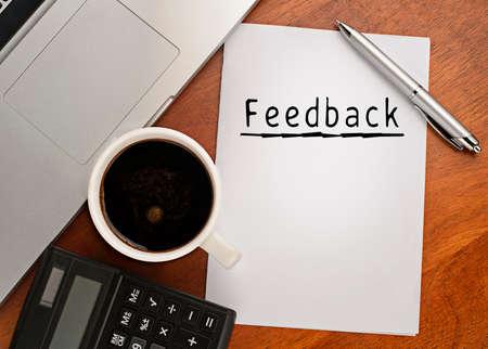 planta de cafe: Bloc de notas con comentarios de texto en el cuadro con el café, calculadora y cuaderno