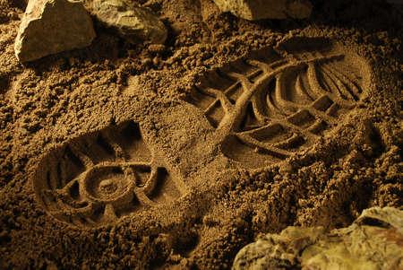 huella pie: Huella en una superficie de arena