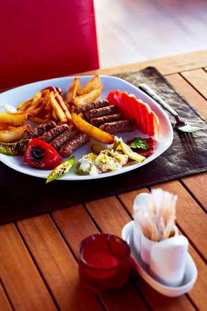 Egy szép tányér tele finom török köfte (húsgombóc).