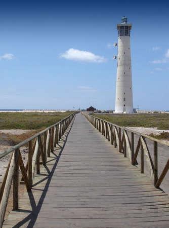 Holzbrücke bis zum Leuchtturm am Strand fuerteventura jandia  Standard-Bild - 753883