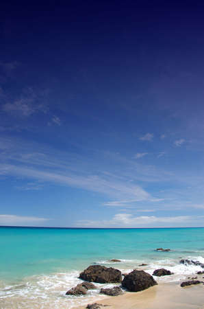 Strand mit Felsen und blauer Himmel  Standard-Bild - 753880