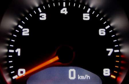 Sport Auto Armaturenbrett Großansicht mit hinterleuchteter Tacho  Standard-Bild - 765102