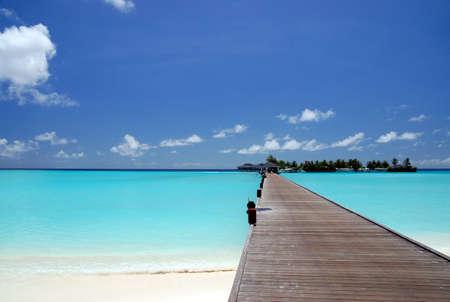 footbridge over turquoise ocean on an maldivian island                              Standard-Bild