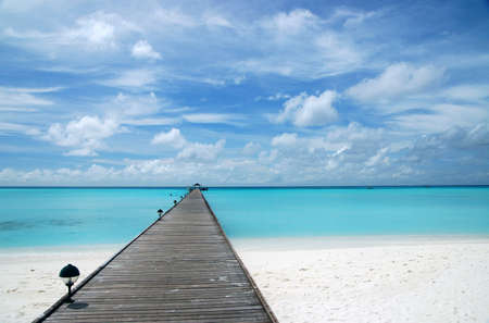 footbridge over turquoise ocean on an maldivian island 版權商用圖片