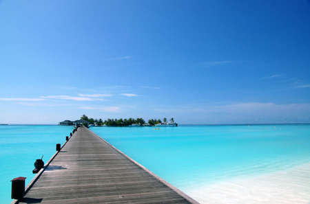 footbridge over turquoise ocean on an maldivian island 免版税图像 - 1326679
