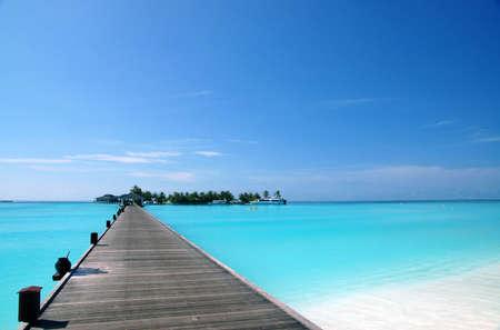 vlonder: loopbrug over turquoise oceaan op een eiland Maledivisch