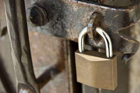puerta de metal: Candado en una puerta de metal oxidado Foto de archivo