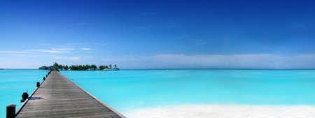 Fußgängerbrücke auf einer tropischen Insel Standard-Bild - 9547049