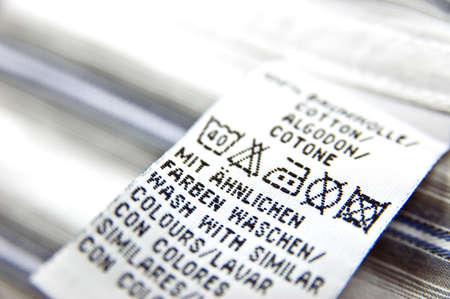 launder: etiqueta de instrucciones de lavado en una camisa blanca Foto de archivo