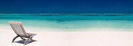 panorama beach: sedia in legno tela su una bella spiaggia tropicale