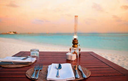 해변에서의 낭만적 인 저녁 식사