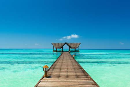 azul turqueza: embarcadero sobre el océano índico Foto de archivo