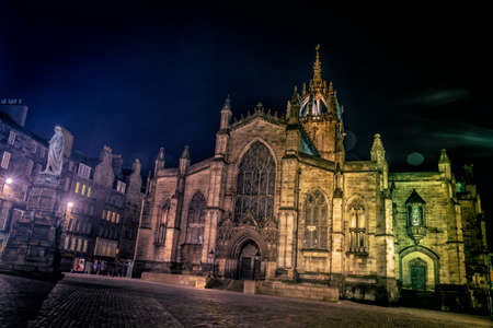 giles: Facade of St Giles Cathedral (the High Kirk), Edinburgh, Scotland, illuminated at night in winter Stock Photo