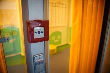 Alarme incendie sur le mur de la zone de travail Banque d'images - 81599756