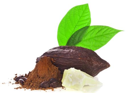 Gousse de cacao, beurre et haricots et poudre de cacao avec feuilles isolé sur fond blanc