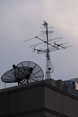 Antena television near water tank on apartment building Banque d'images