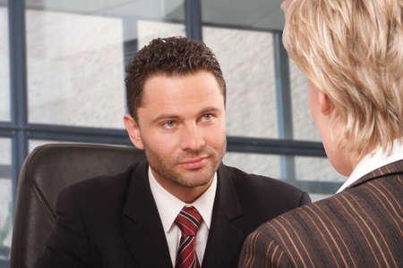 comit� d entreprise: Homme blanc et femme daffaires parlant dans le b�timent de bureau