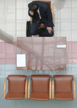 reps: Adulto hombre sentado en la silla y en espera de la entrevista - 2
