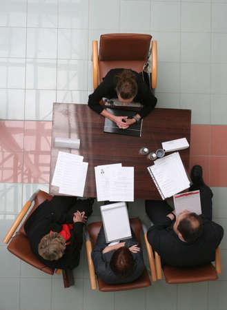 Grupo de personas que negocia sobre el escritorio