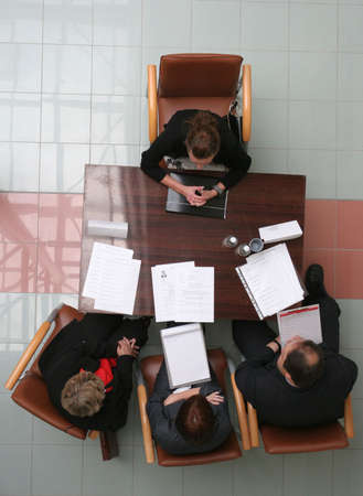 n�gocier: Groupe de personnes n�gocie sur le bureau