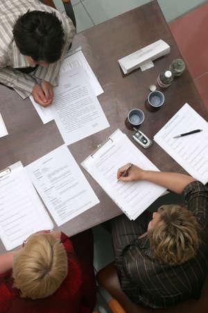 comit� d entreprise: 3 personnes n�gocier assis � la table
