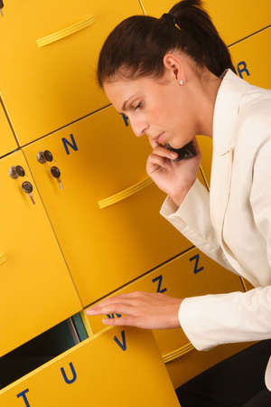file cabinet: Blanco mujer de negocios la celebraci�n de un tel�fono y abrir el archivo de gabinete