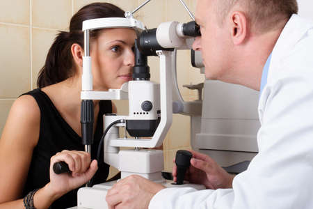 hyperopia: Eye medico effettua un esame oculistico  Archivio Fotografico