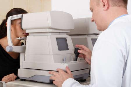 hyperopia: Medico dellocchio che effettua un esame dellocchio