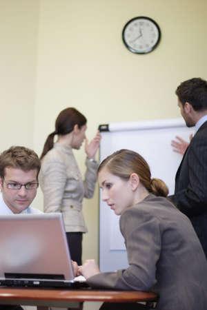 Negocios personas que trabajan en la oficina - 2 hombre, 2 mujer  Foto de archivo - 812879