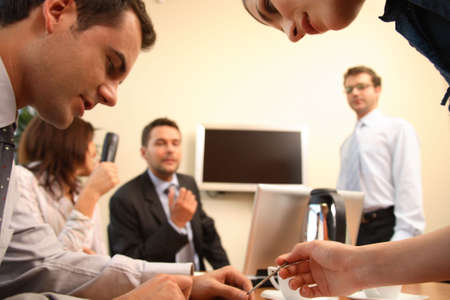 relaciones publicas: Grupo de gente del negocio que se sienta en la tabla, trabajando en el proyecto - tres hombres y dos mujeres Foto de archivo