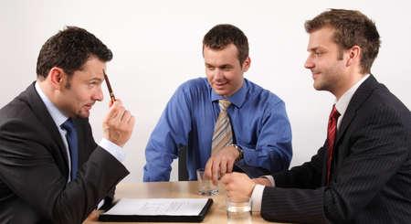 comit� d entreprise: Trois hommes daffaires manipulant des n�gociations.