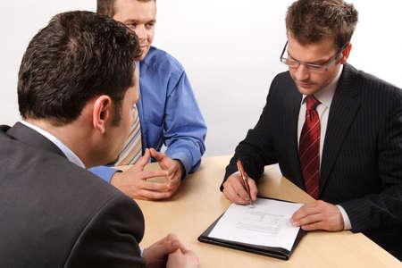 comité d entreprise: Trois hommes d'affaires de manutention des négociations.