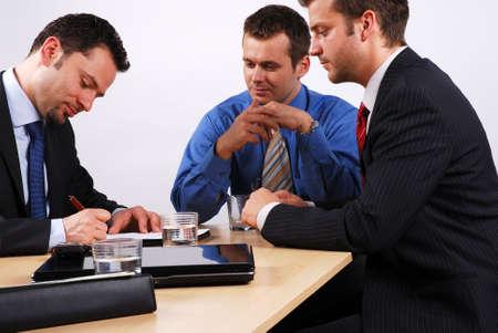 comité d entreprise: Trois hommes d'affaires de manutention négociations.