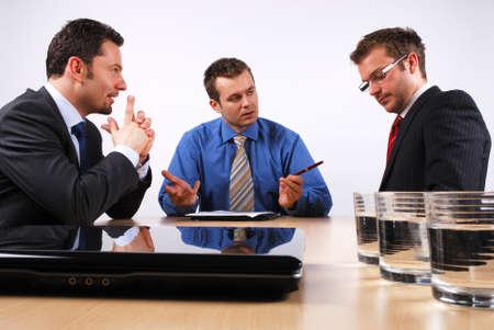 abogado: Tres hombres de negocios manipulaci�n de las negociaciones.