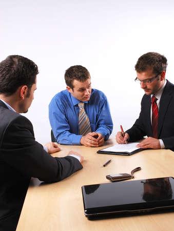 comit� d entreprise: Trois hommes d'affaires de manutention n�gociations.