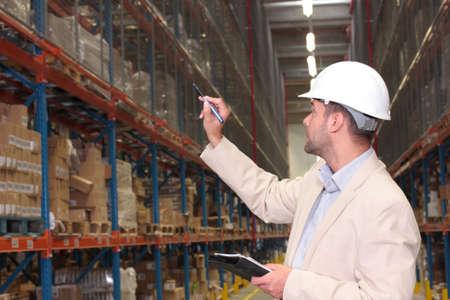 warehouse interior: conteggio stock lavoratore