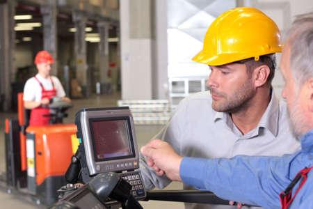 carretillas almacen: supervisor y el trabajador en almac�n