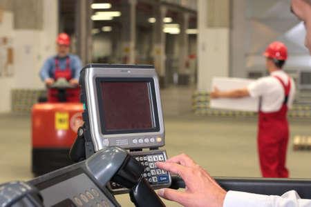 dinamismo: lavorare con pannello di controllo in magazzino - vicino