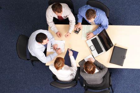 economia aziendale: edificio strategia di business -5 persone che si incontrano Archivio Fotografico