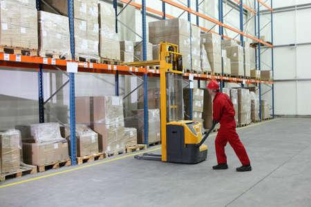 operador de montacargas en el trabajo en almacén Foto de archivo - 6805313
