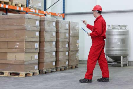 inventory: trabajador contando las existencias en un almac�n de la empresa  Foto de archivo