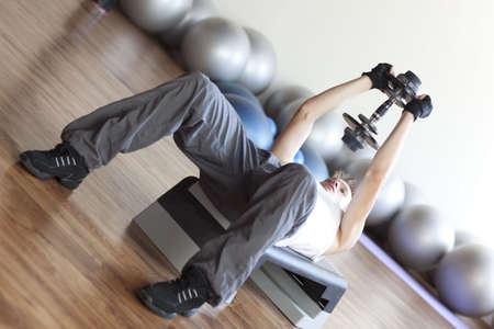 lifting weights: Un hombre de levantamiento de pesas y el ejercicio.  Foto de archivo