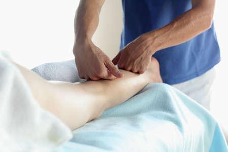 homme massage: Massage de veau femelles en lumi�re ambiante