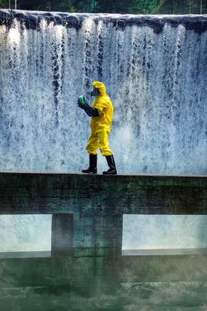 riesgo quimico: totalmente protegido con uniforme, botas, guantes y máscara de examen científico de sustancias tóxicas en las zonas contaminadas